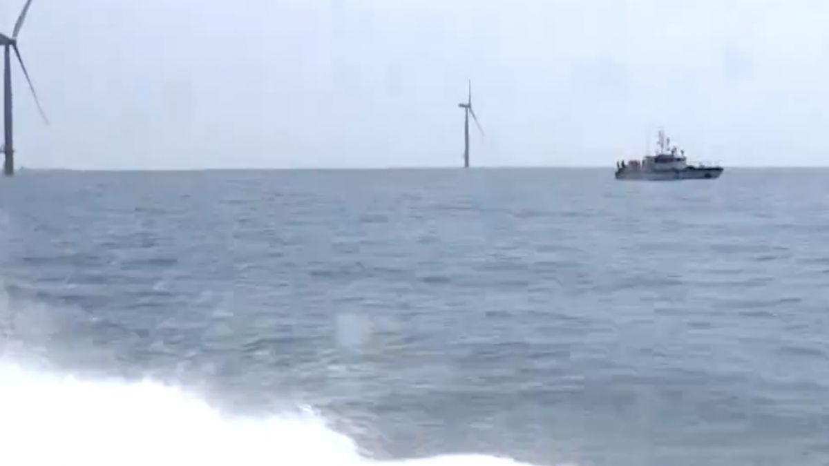 總統宣示開發離岸風電 媒體出海近拍風機