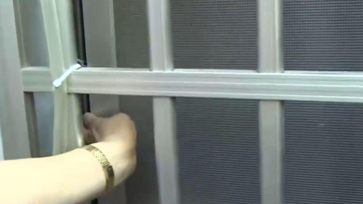 夾娃娃機民宅竊盜版! 通緝犯剪破紗窗、竹竿勾包
