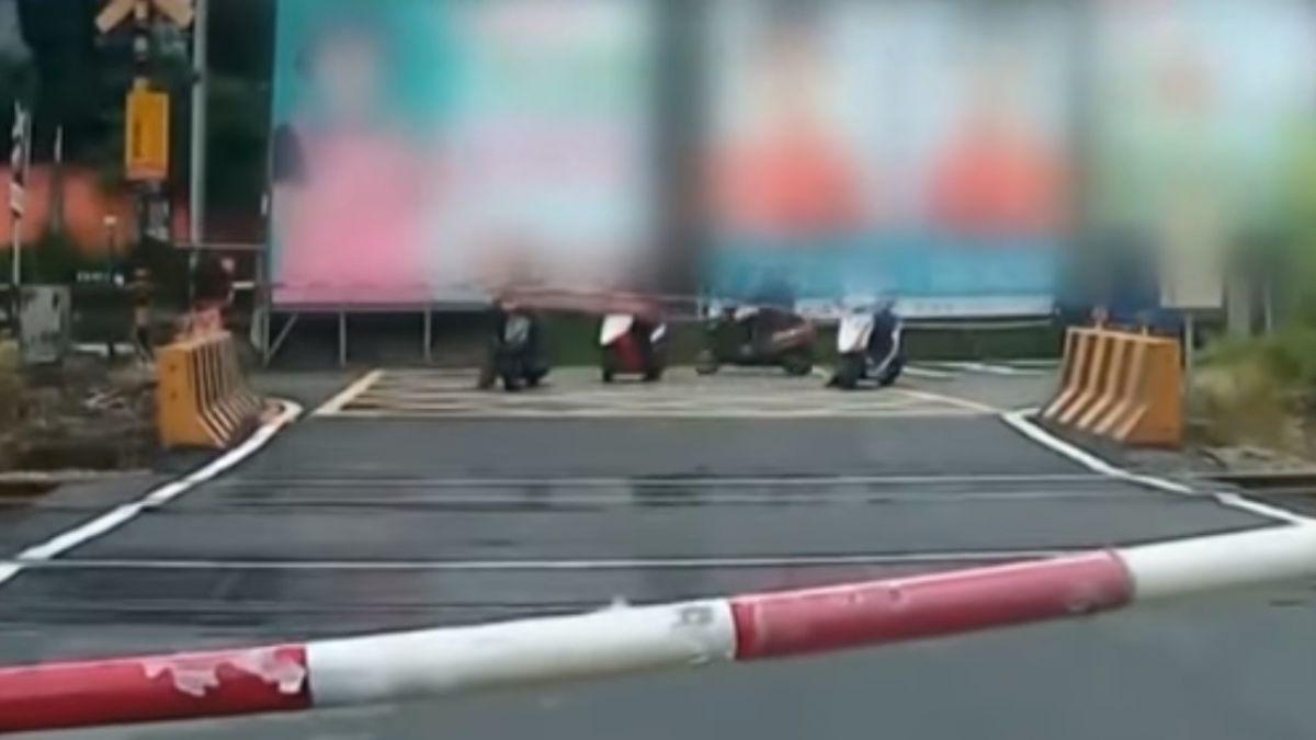 悚!小貨車急右轉 2機車騎士被撞翻摔傷