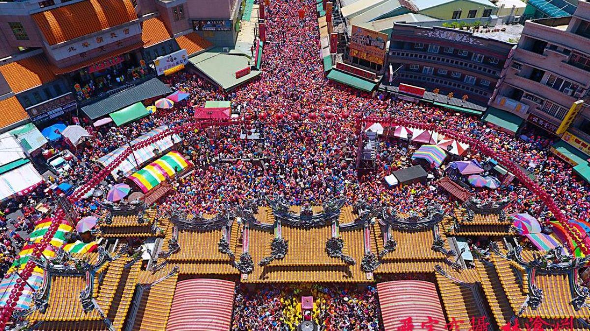【影片】壯觀!10萬人迎駕白沙屯媽祖 「粉紅超跑」3進3出急衝朝天宮