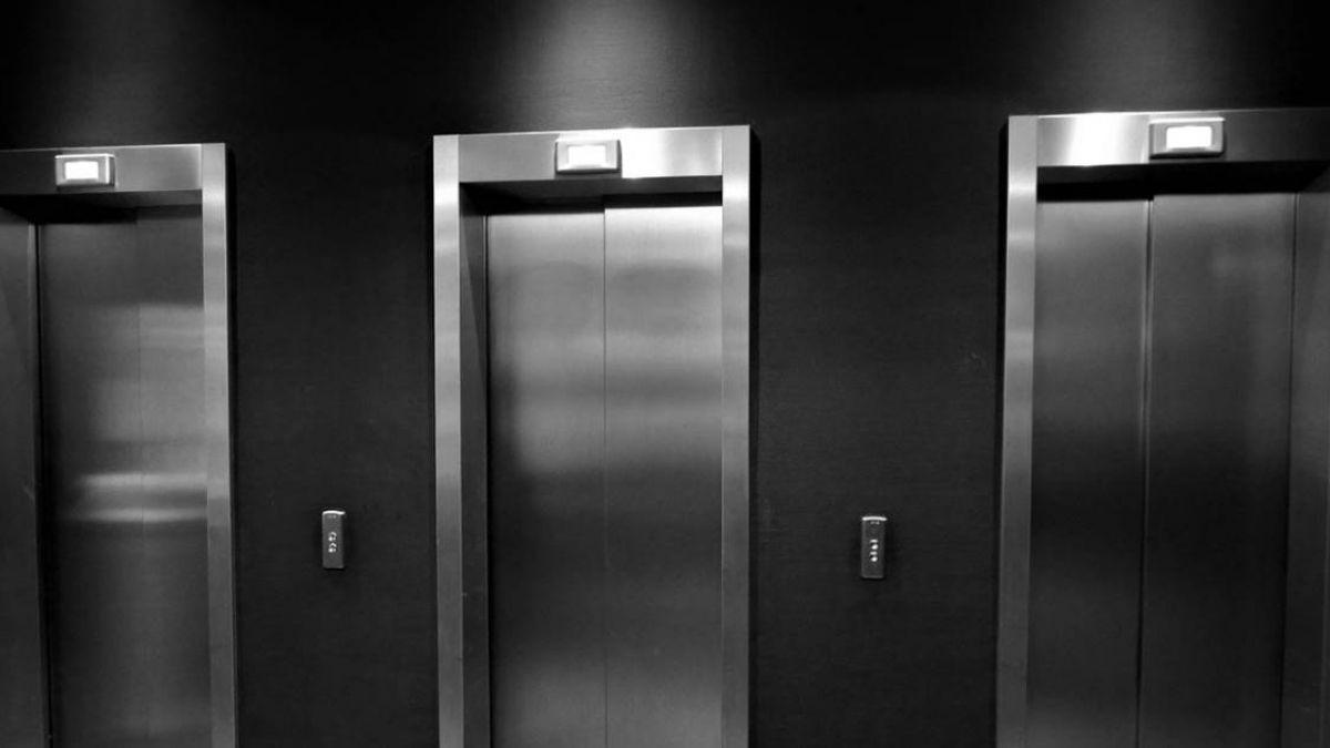 電梯的逆襲!男子亂踢電梯門 慘害朋友被「吞噬」墜亡