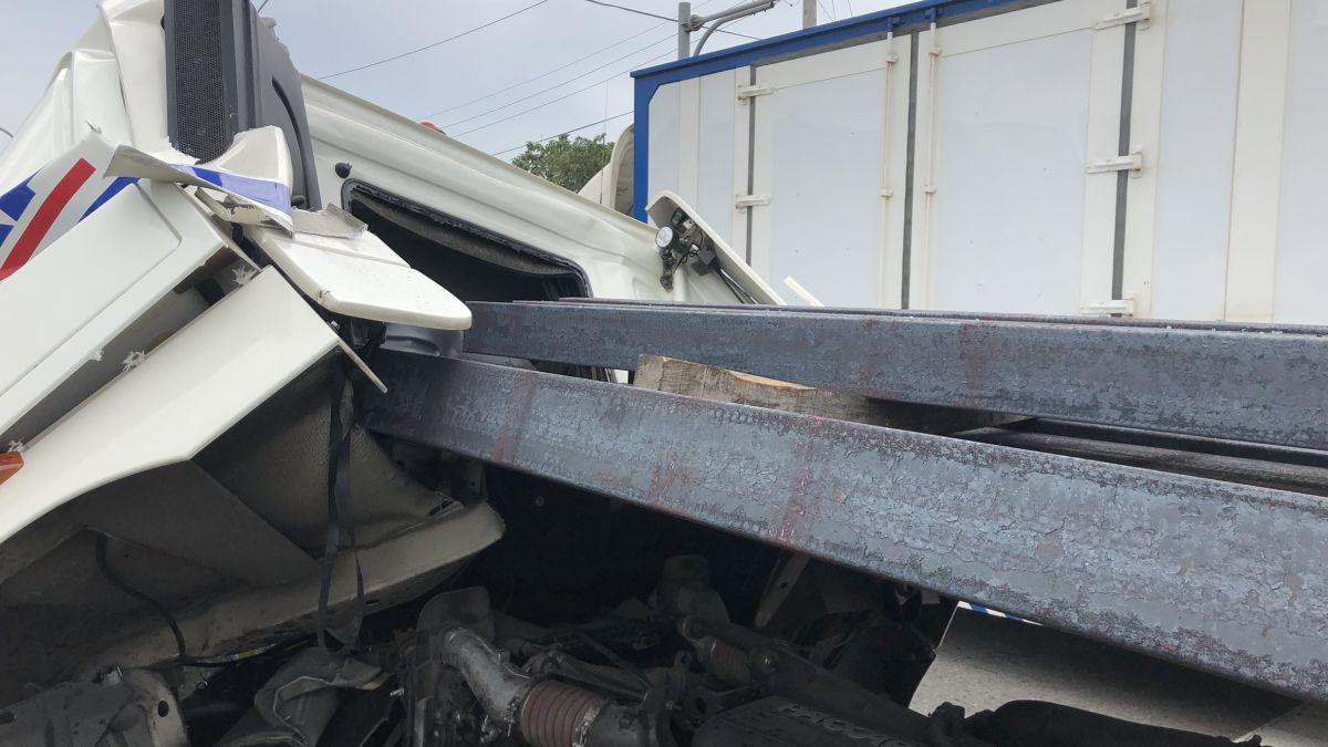 前車急煞…拖板車慘追撞 3支鋼條飛衝司機險遭暴頭!