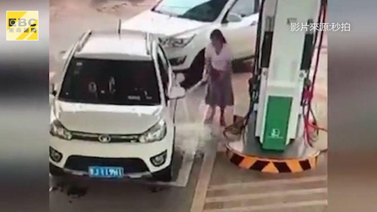自助加油出包!汽油如噴泉灑滿地 女駕駛當場嚇傻