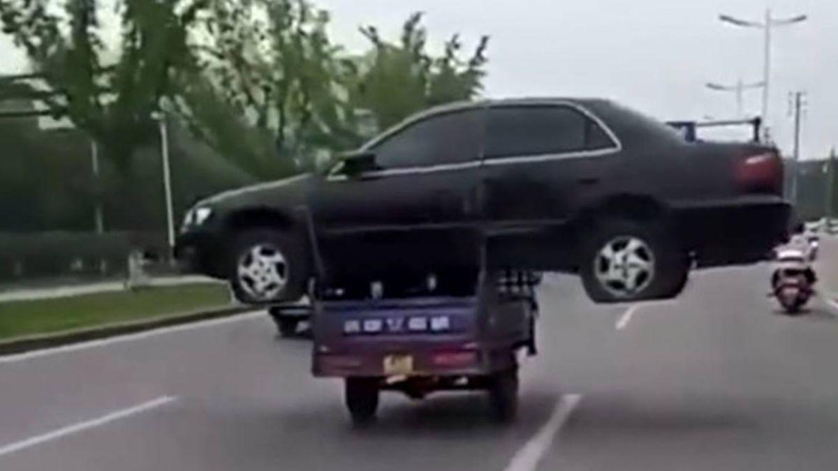 【影片】狂!嫌運費貴…男子「三輪車扛汽車」路上蛇行超驚險