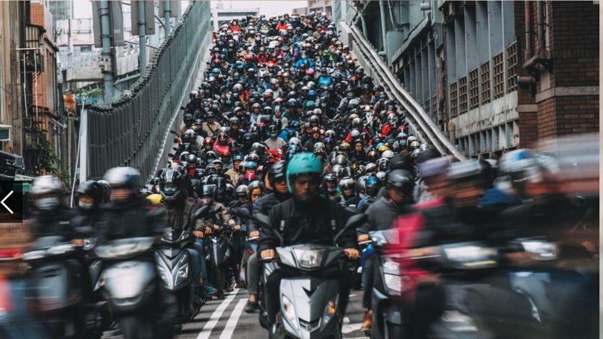 視覺衝擊太震撼!「台北橋機車瀑布」登國家地理攝影大賽