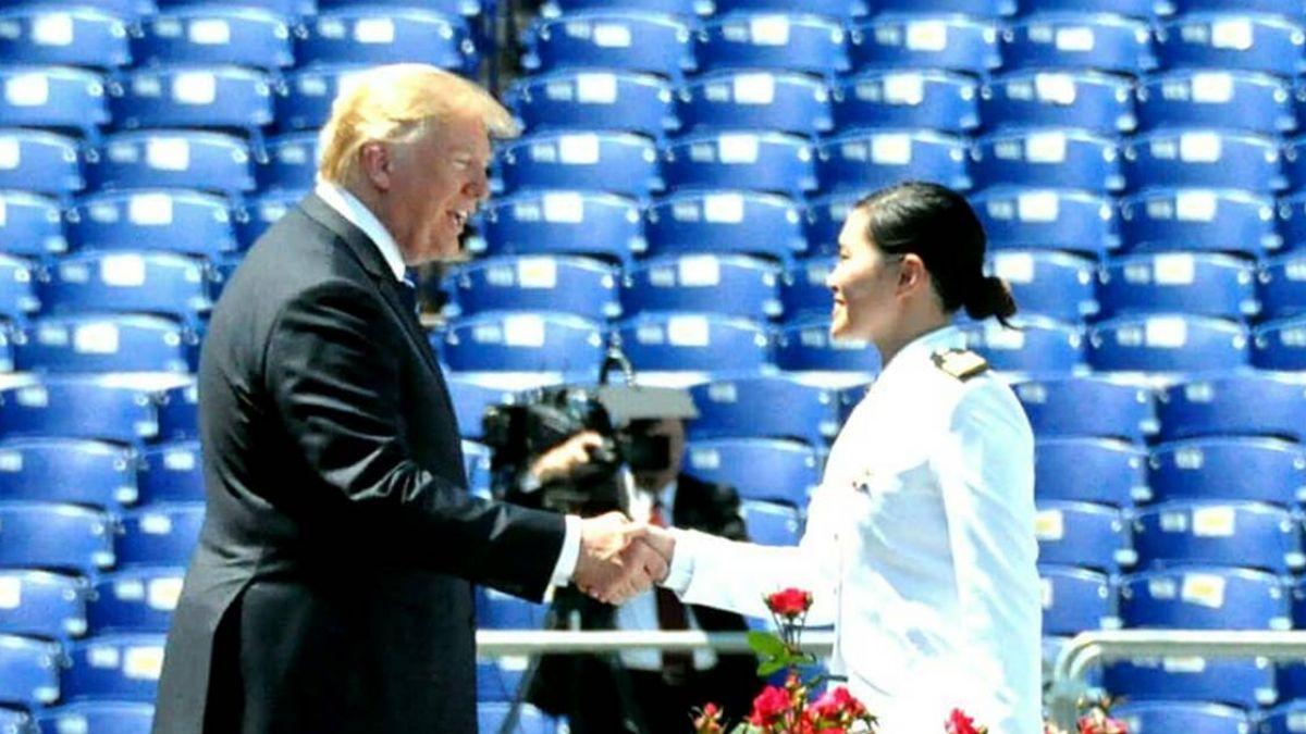 美國海官畢業!胡家琳穿「中華民國軍服」上台 接受川普祝福
