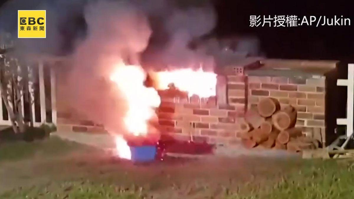 戶外燒烤趴做實驗?男朝火爐倒不明物遭烈焰秒吞