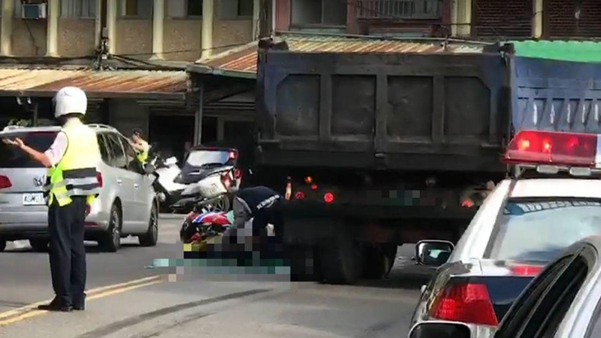 重機過彎急煞「翹孤輪」直撞砂石車 騎士當場爆頭亡