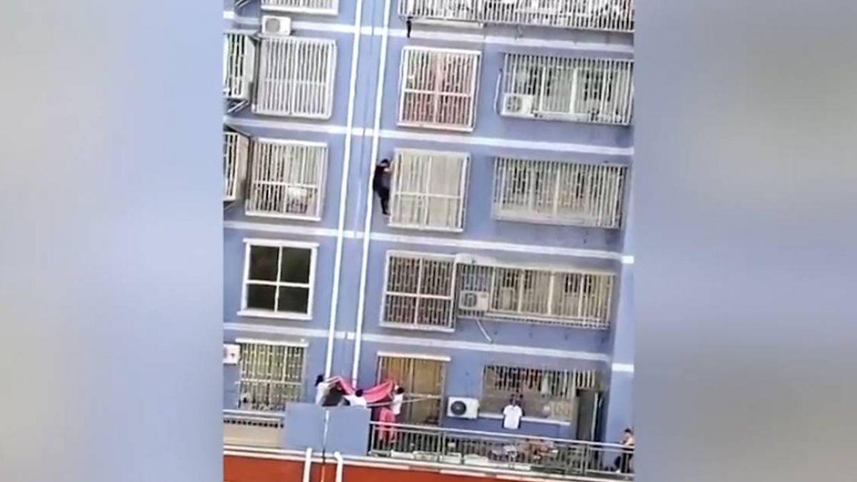2歲童下半身懸空卡窗縫 英勇退伍兵徒手爬5樓窗救援