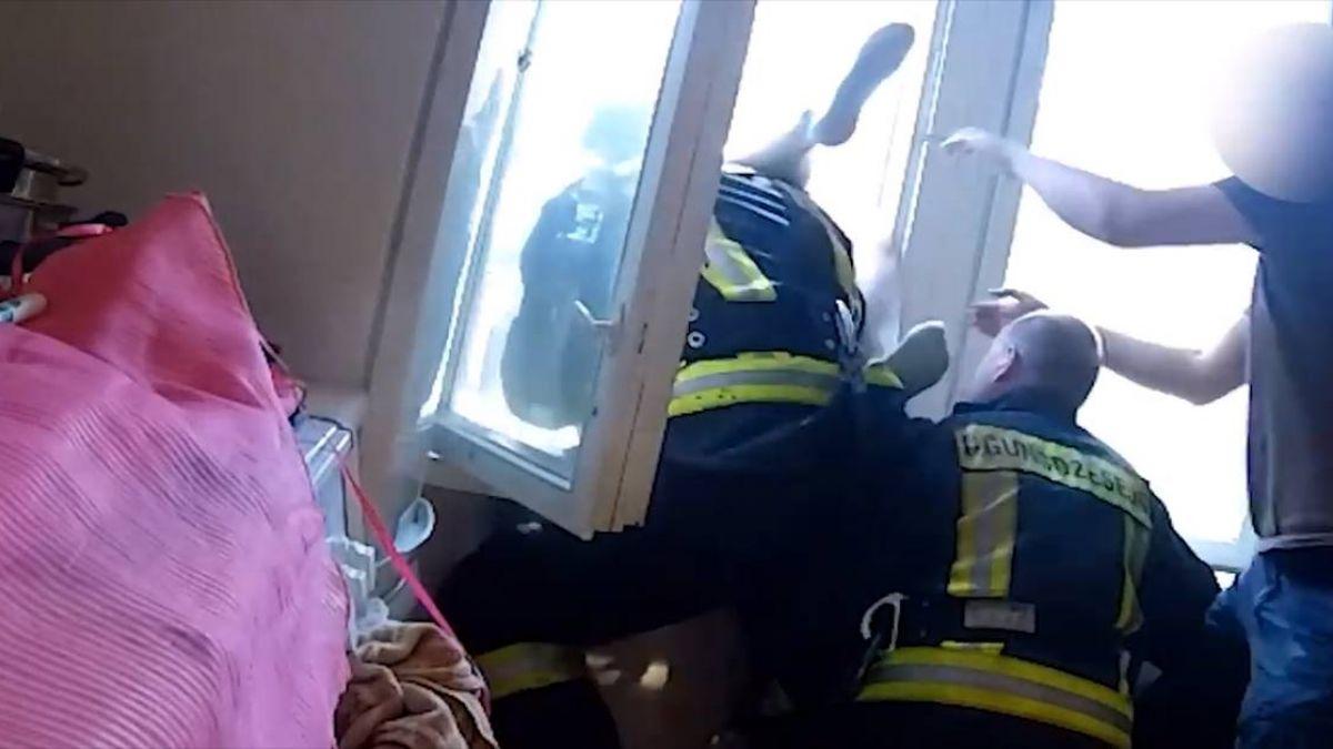 跟死神搶人!差1秒墜地 消防「神救援」3樓攀窗徒手救回