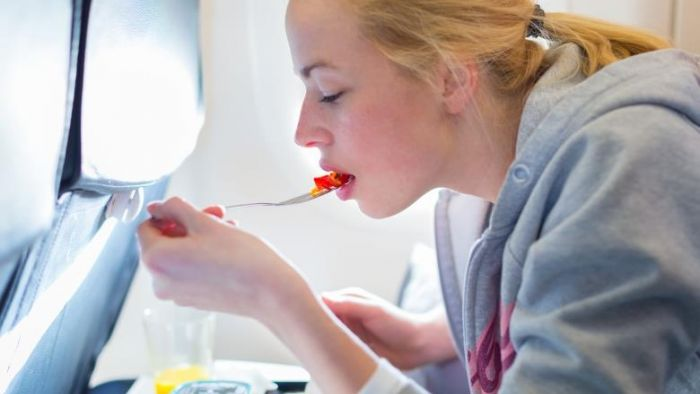 為何飛機餐那麼難吃?專家揭密不是食物的錯 是這2原因害的