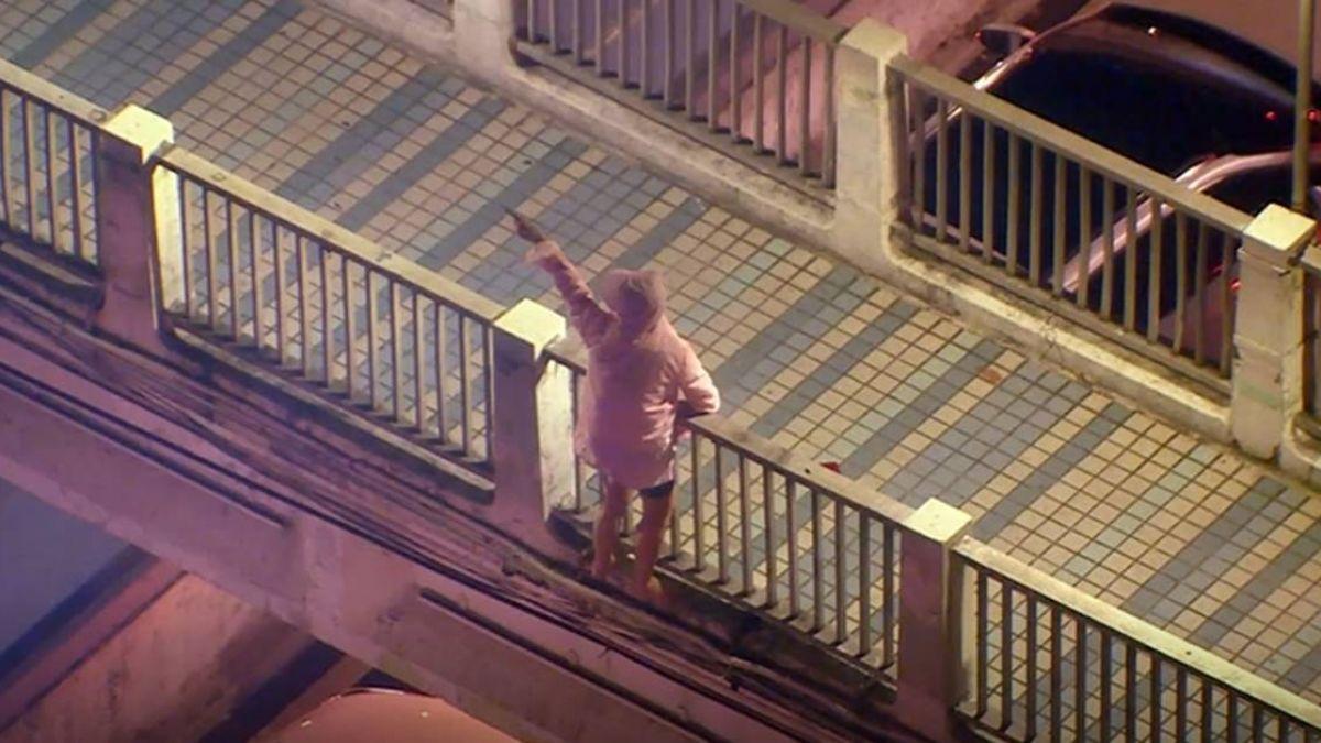 驚險瞬間!婦人情緒不穩天橋上欲輕生 好心民眾車停下方守護她