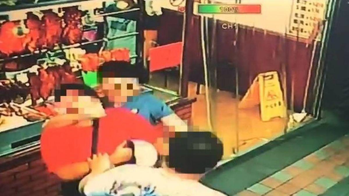 汐止驚傳恐怖擄人!紅衣男當街被槍指 逃進店仍被拖出