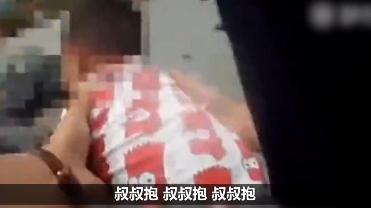 心碎!爸媽遭貨車輾斃倒臥血泊 2歲兒撲向遺體哭喊:媽媽!
