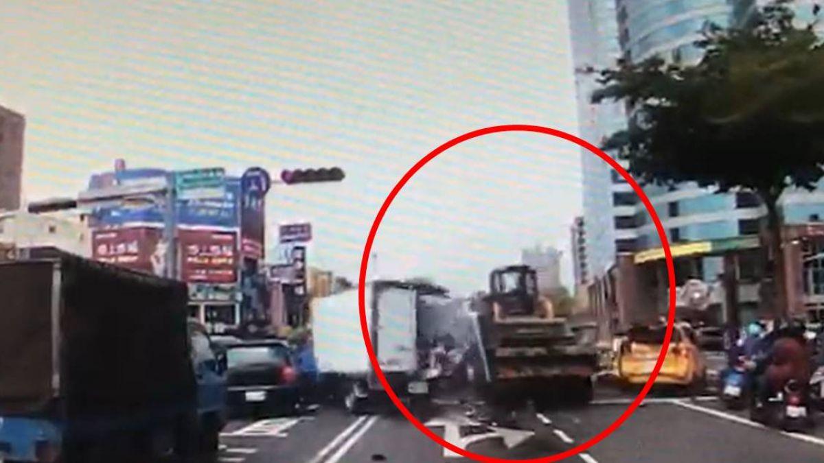 碰一聲人已倒地!貨車疑煞車失靈 驚險連撞16車釀9傷
