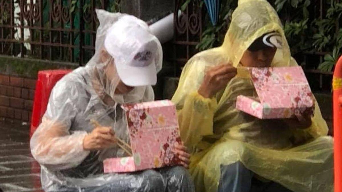 800壯士「雨中吃便當」抗議惹鼻酸!網估算:這餐至少235元