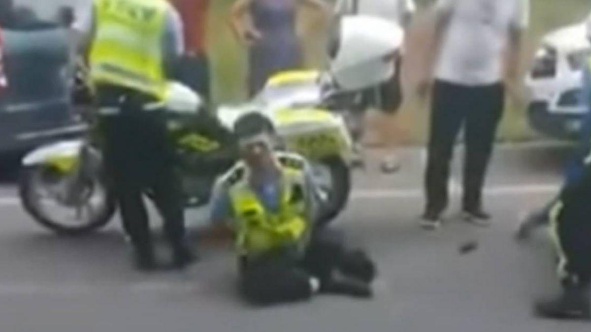 不滿交警處理車禍方式!親友狠掐偷桃 員警哀嚎…痛到昏過去