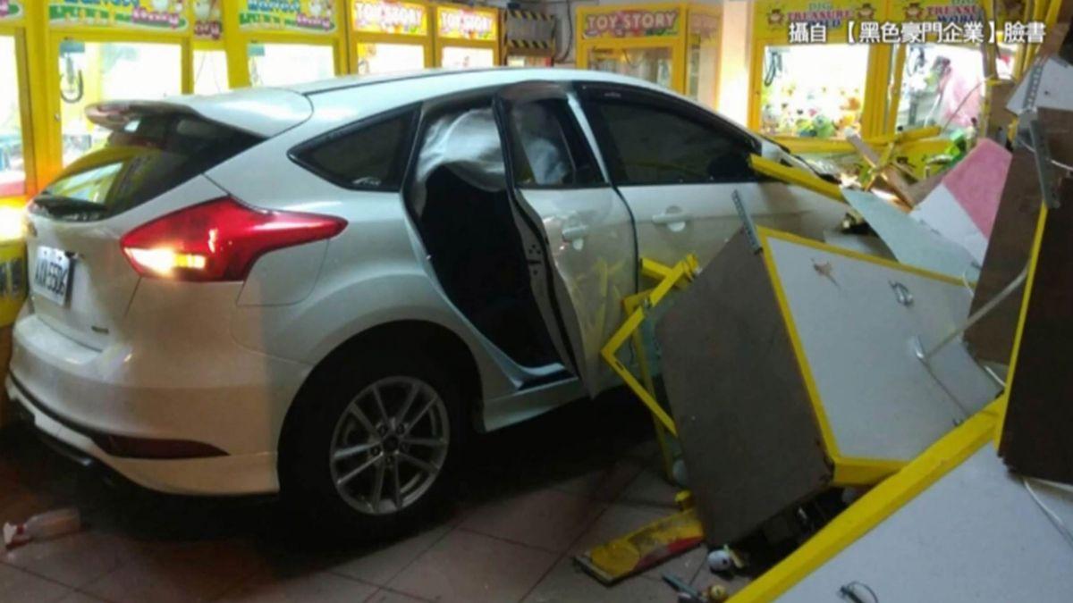 酒駕?大雨影響? 轎車衝進夾娃娃機店
