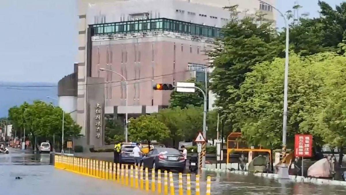雨彈襲擊屏東!大仁科大門口變汪洋 校方緊急宣布停課