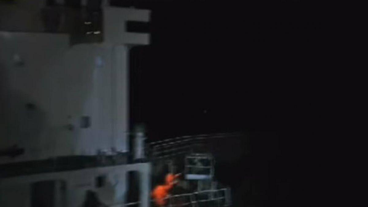 11級風吹打 擱淺2油輪吊掛救32船員