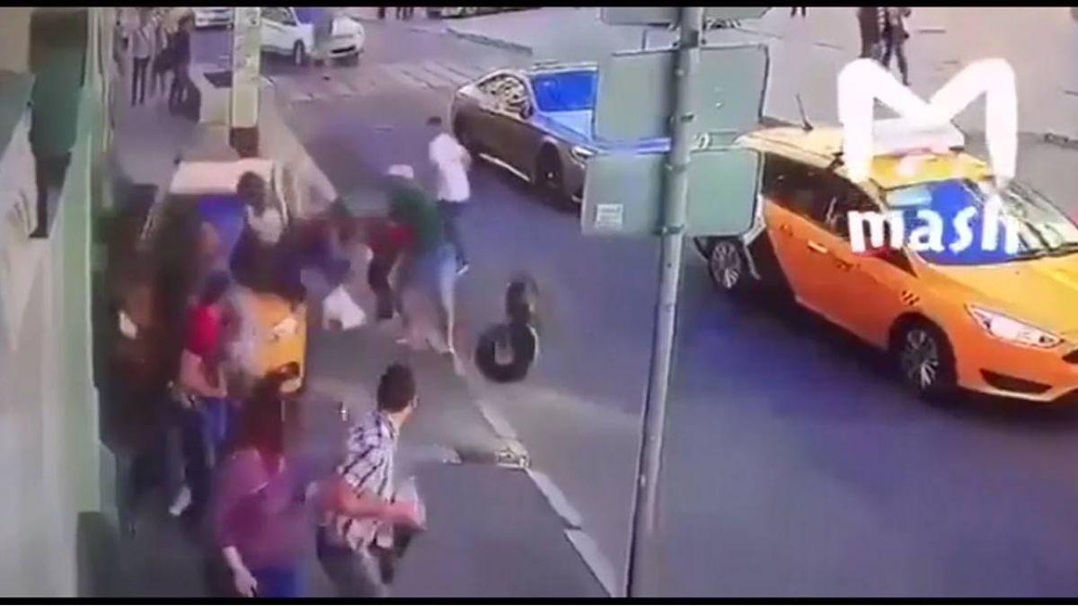 世界盃場外驚魂!小黃暴衝人行道 8行人如保齡球瓶撞倒