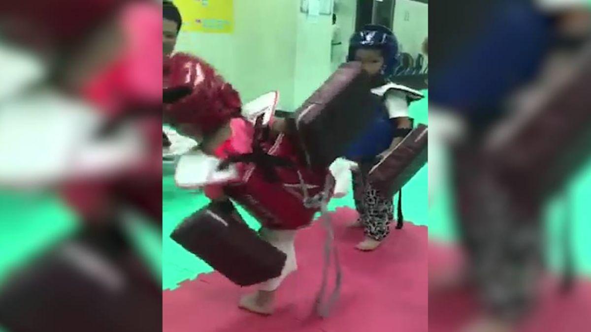 呆萌小妹練習跆拳道!撲空後竟使出綜藝摔 萌翻眾人