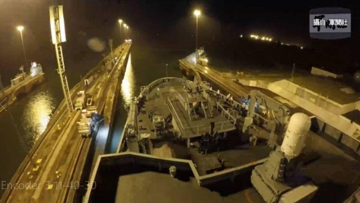 敦睦艦隊訪友邦馬紹爾 馬國女總統海尼登艦簽名