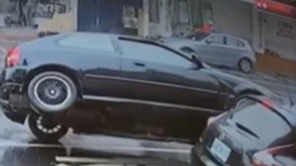 違停遭撞!肇事車側翻 安全落地後直接開走