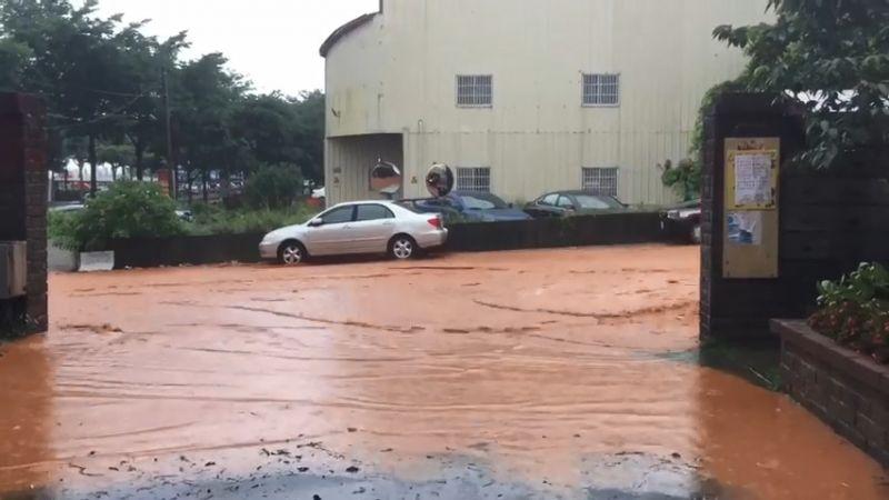 暴雨釀災!新店地下道淹水一級警戒 台中社區道路變成河