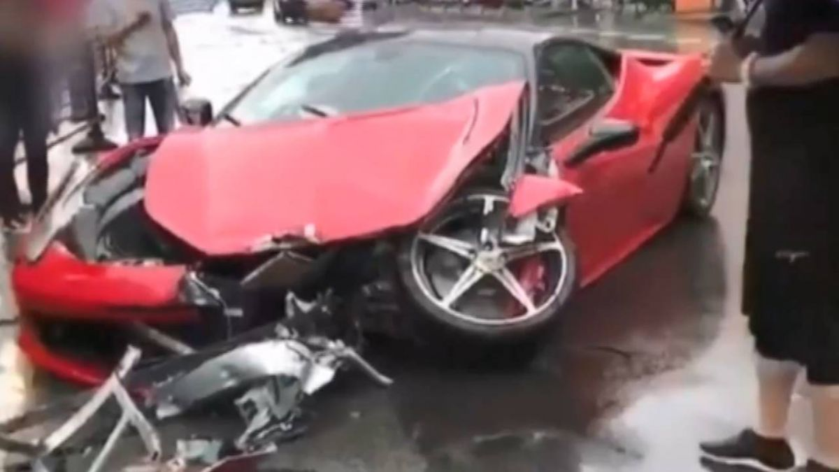 法拉利失控撞BMW 網友:滿地都是錢