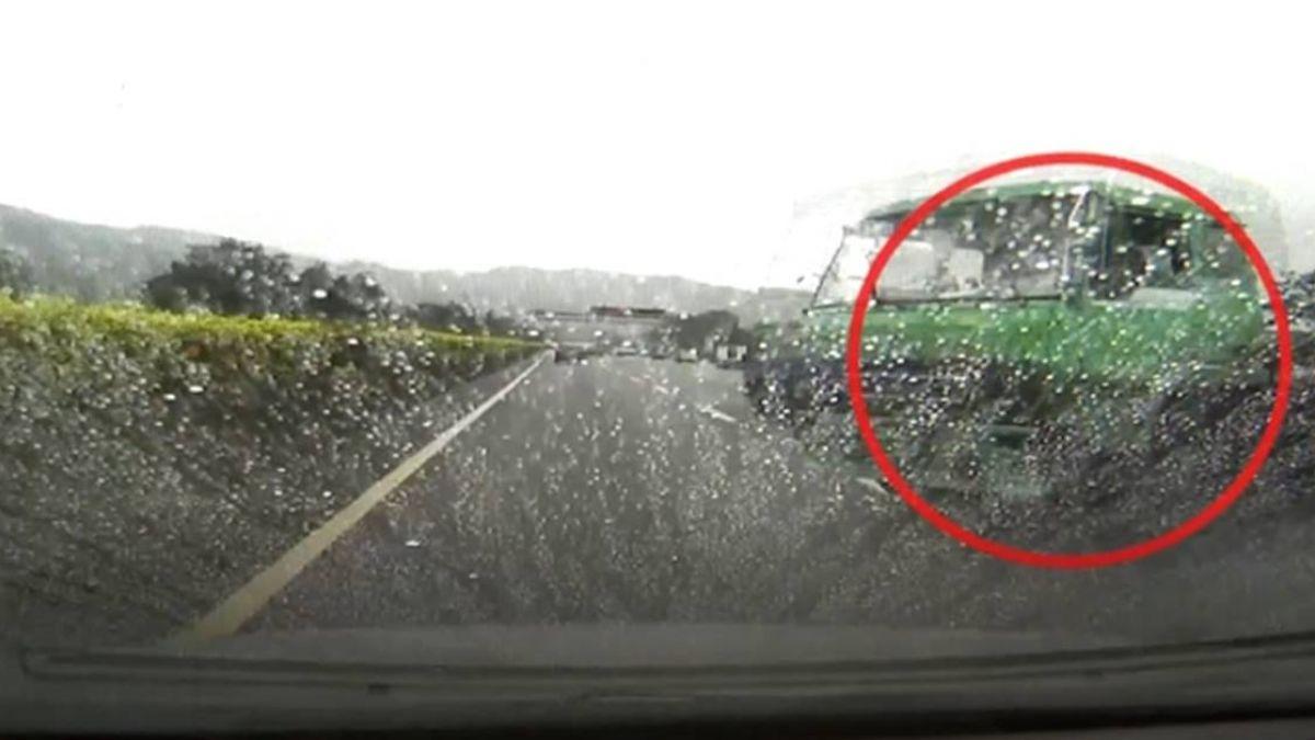 貨櫃車國道上「折甘蔗」狠撞無辜轎車 1家3口嚇壞了