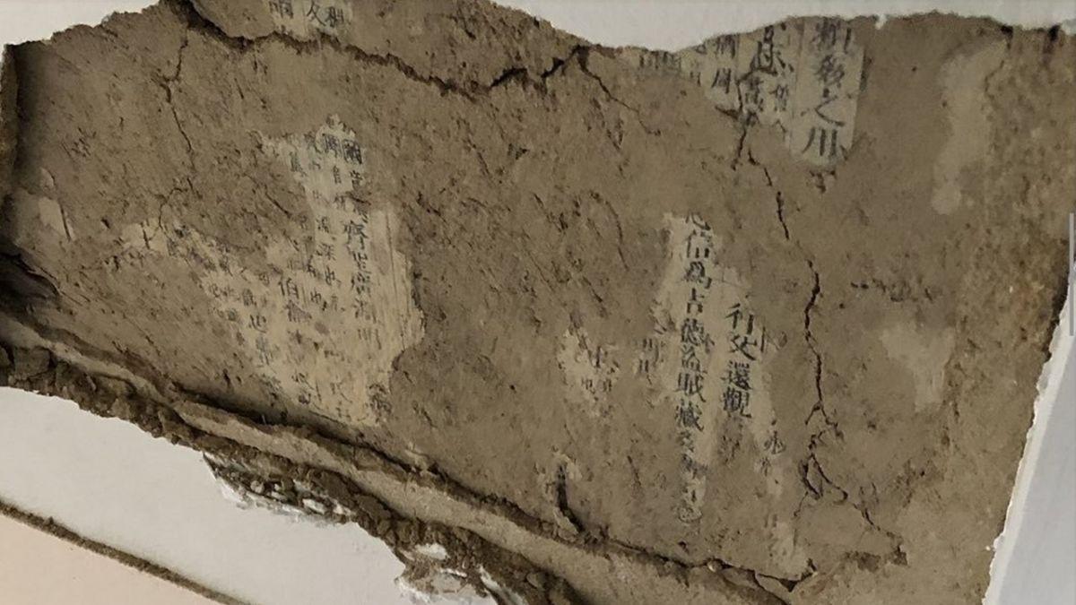 凶宅?強震震出內牆「密麻中文古字」 他嚇壞:是驅邪經文嗎