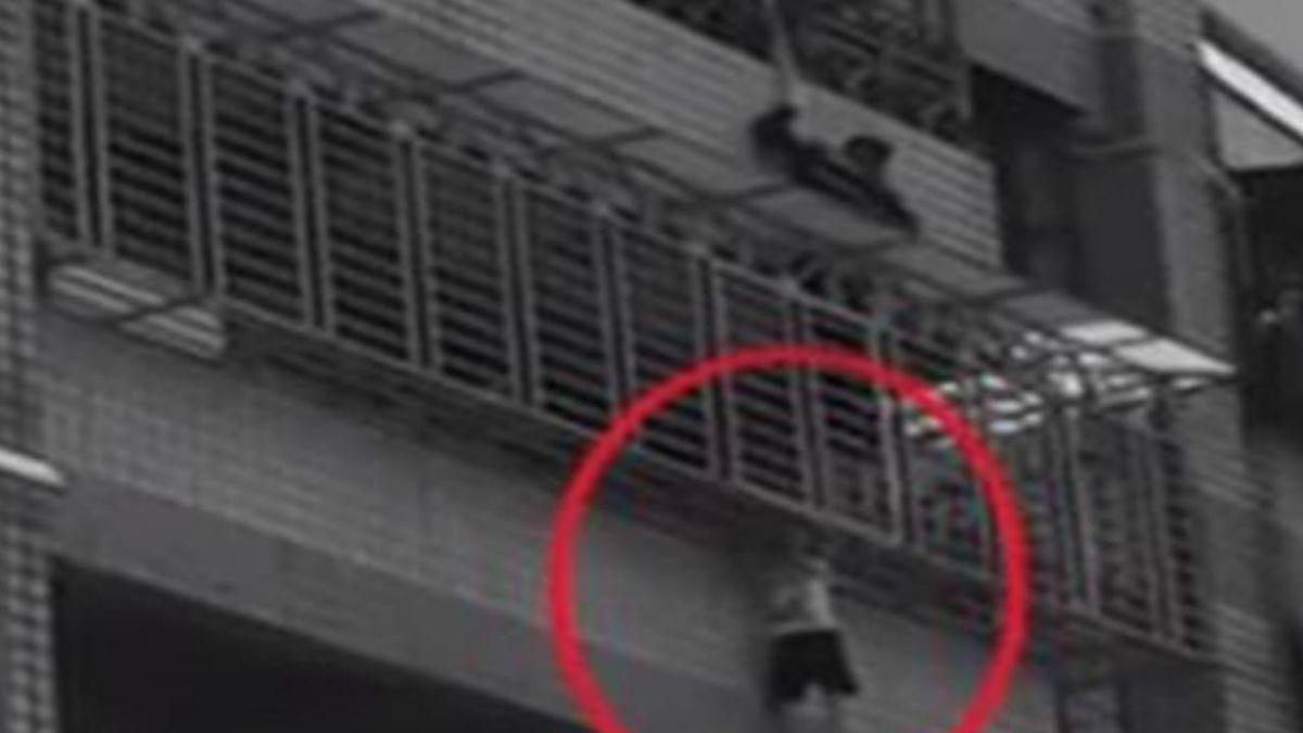 驚險!4歲男童頭卡陽台柵欄險墜樓 消防員即刻救援