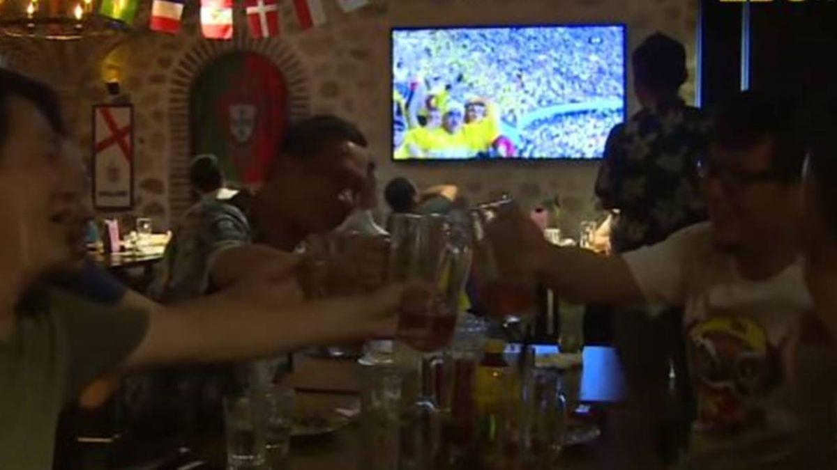 上海人瘋世足! 吃小龍蝦配啤酒熬夜看球