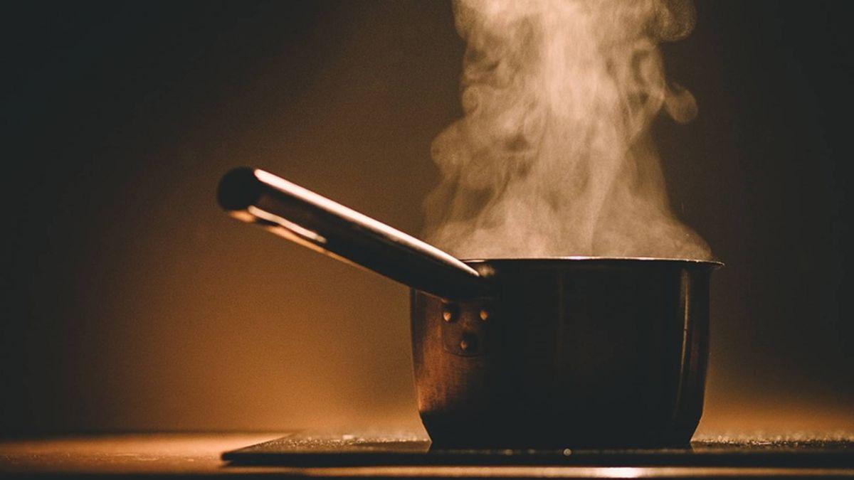 鑄鐵鍋煮熱湯 鍋耳斷裂釀成二度灼傷!男怒提告賣場