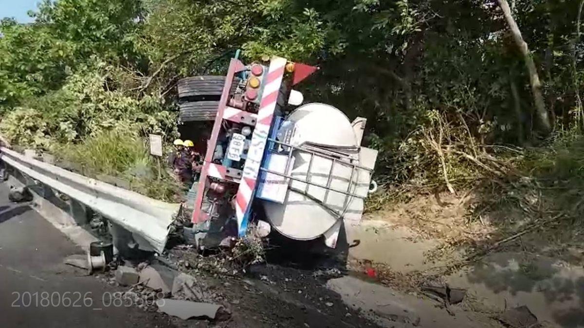 快訊/國三驚傳翻車意外!疑司機打嗑睡 硫酸化學槽車卡路肩