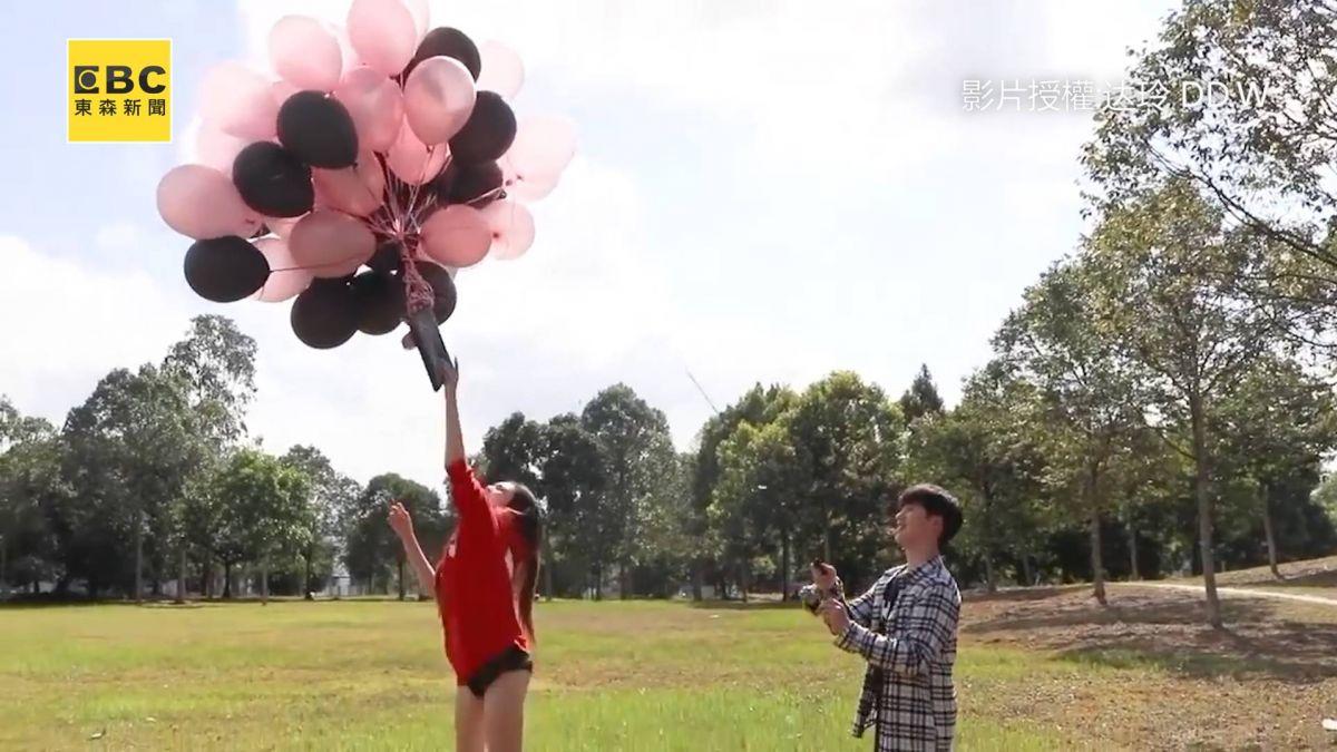 香奈兒綁50顆氣球飛上天!女友望著包包超崩潰