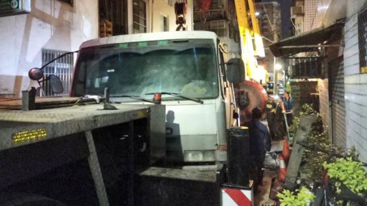 砰! 水泥車翻覆卡巷內 工人鑽桶噴汗鏟沙累癱