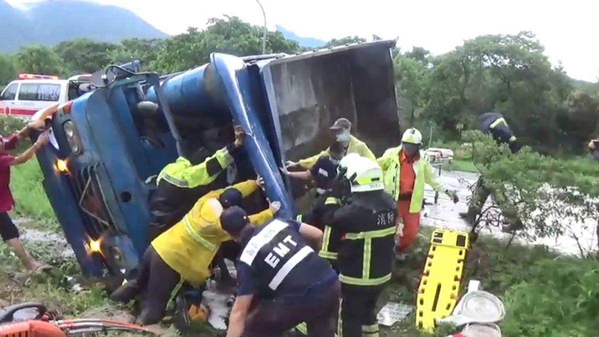 快訊/阿里山拼裝車連撞2車側翻 駕駛慘壓15噸車下命危