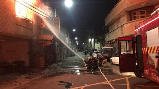住宅凌晨火警 屋主2樓跳下受傷送醫