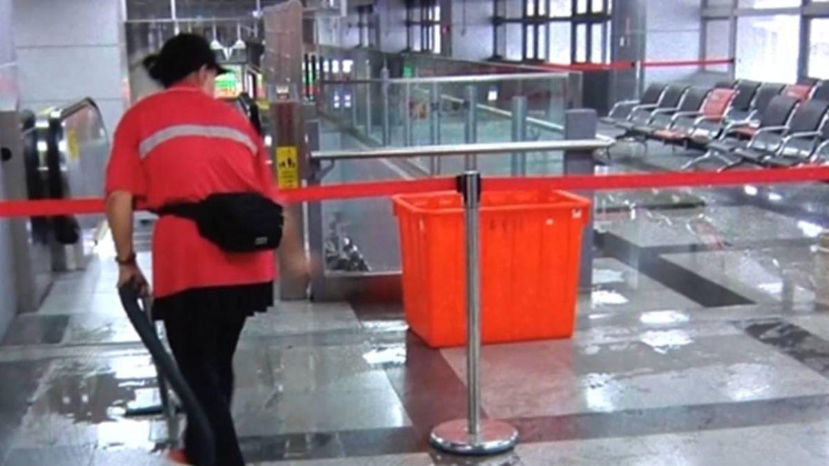 28億新建屏東車站 大雨半小時成「水簾洞」