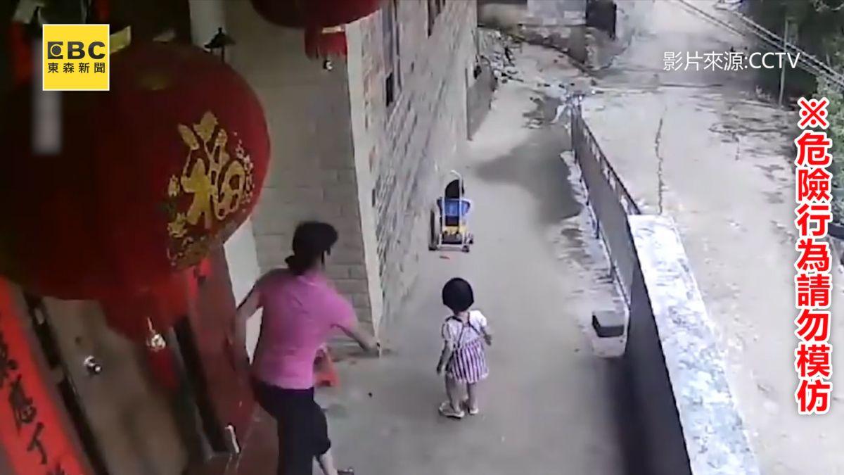驚!3歲女童推妹妹到下坡前 竟放手看她滑走