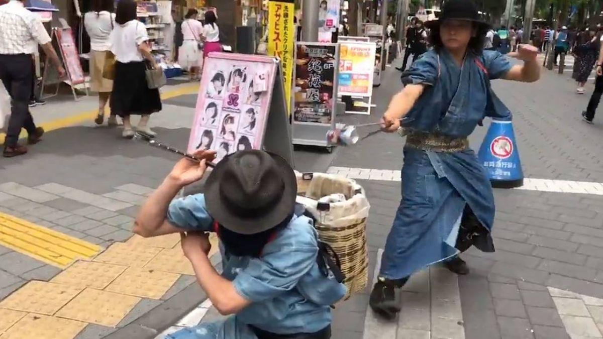 穿梭在街頭的時髦清道夫!日本武士耍「武士刀」只為撿垃圾