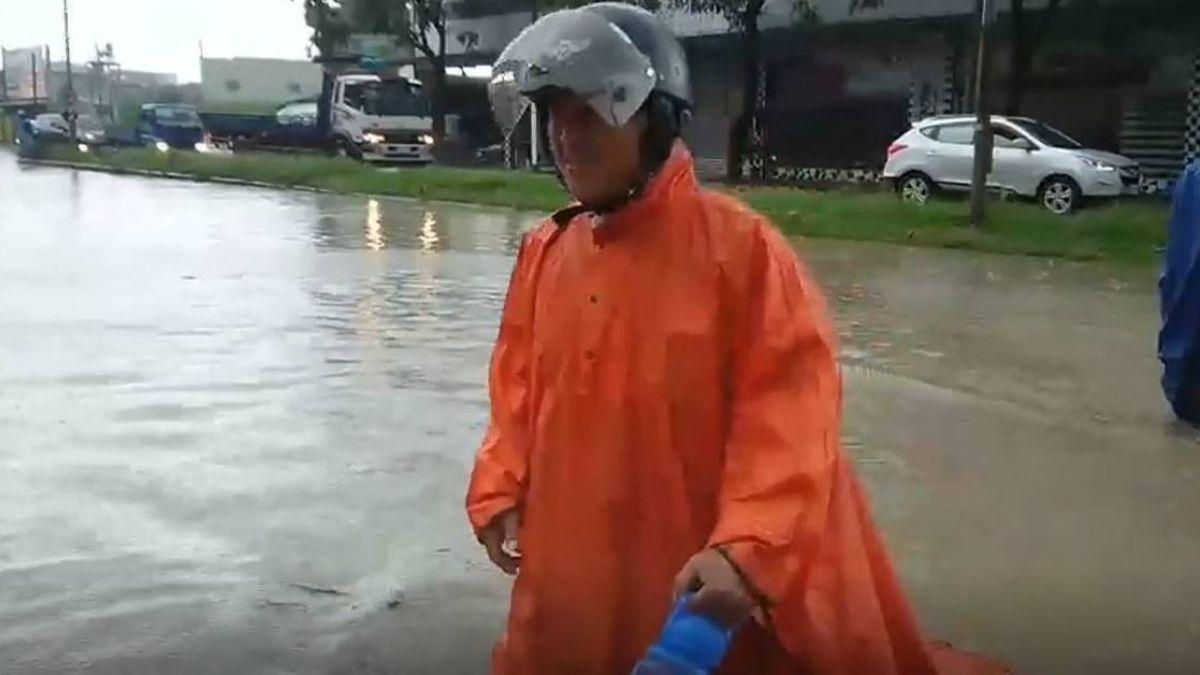 高雄神農路 不到兩小時淹水大腿!民照常涉水上班去