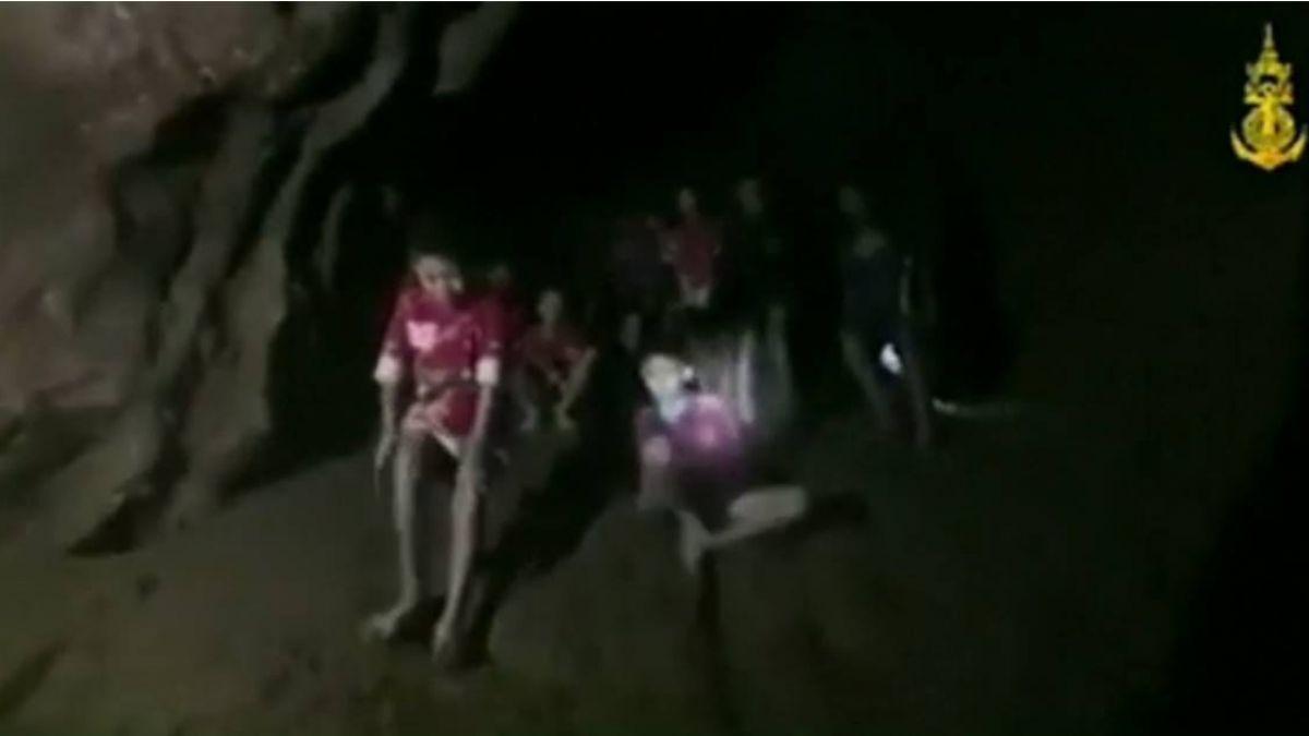 英搜救人員潛水尋獲13人 足球小將急求「吃的吃的!」