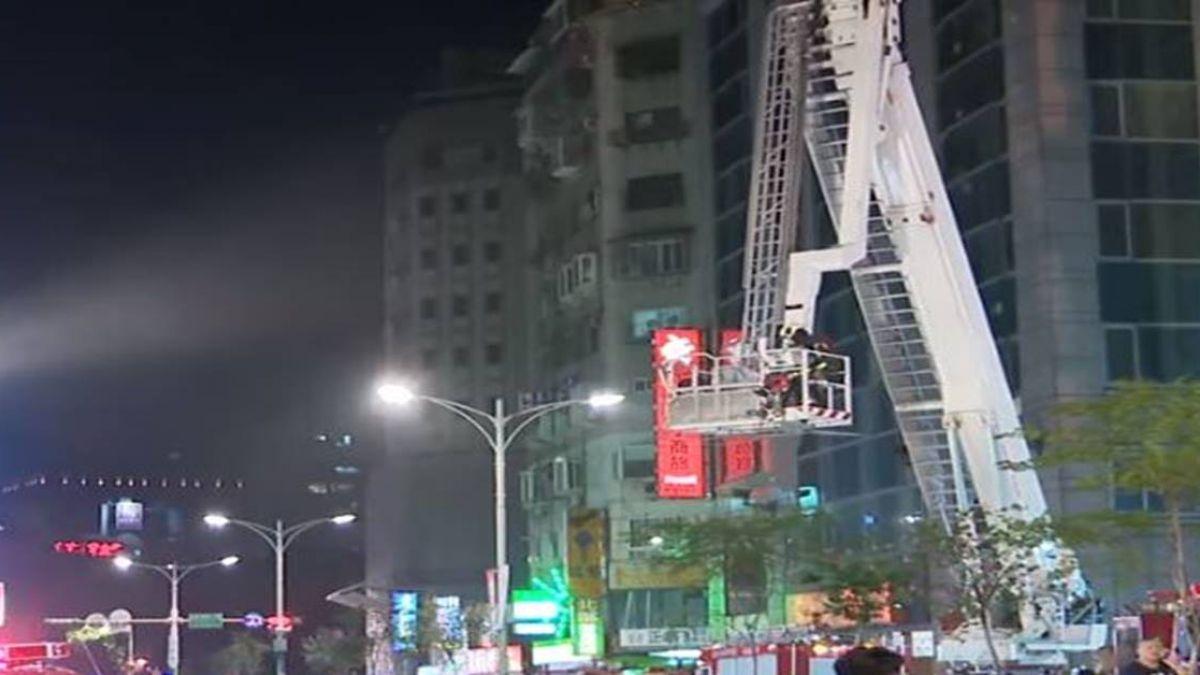 15樓高停車塔火警!消防隊出動雲梯車搶救