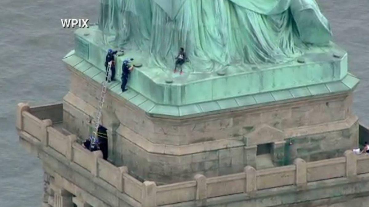 抗議拆散移民骨肉!女子爬上自由女神像僵持2小時被捕