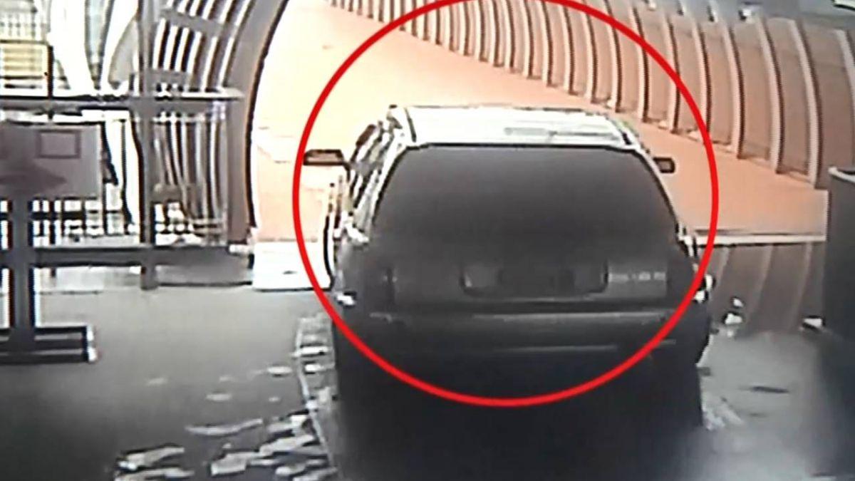 天橋當停車場出口!車誤闖卡梯 9壯漢抬到臉綠