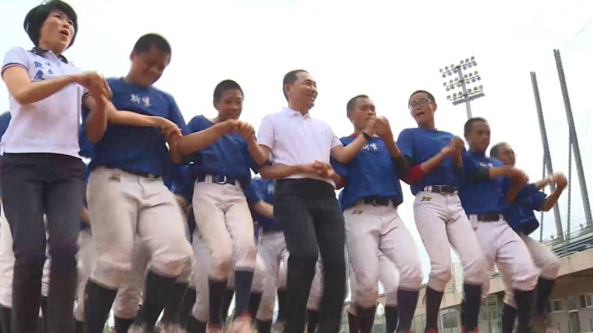 侯友宜到台東 與國中生打棒球「棒棒開花」
