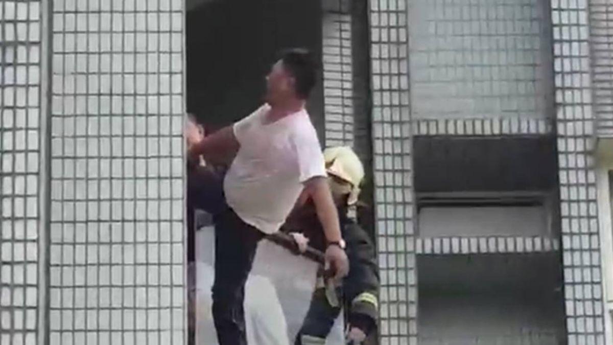 【獨家】拒捕…毒品通緝犯懸掛8樓 員警摔落受傷送醫